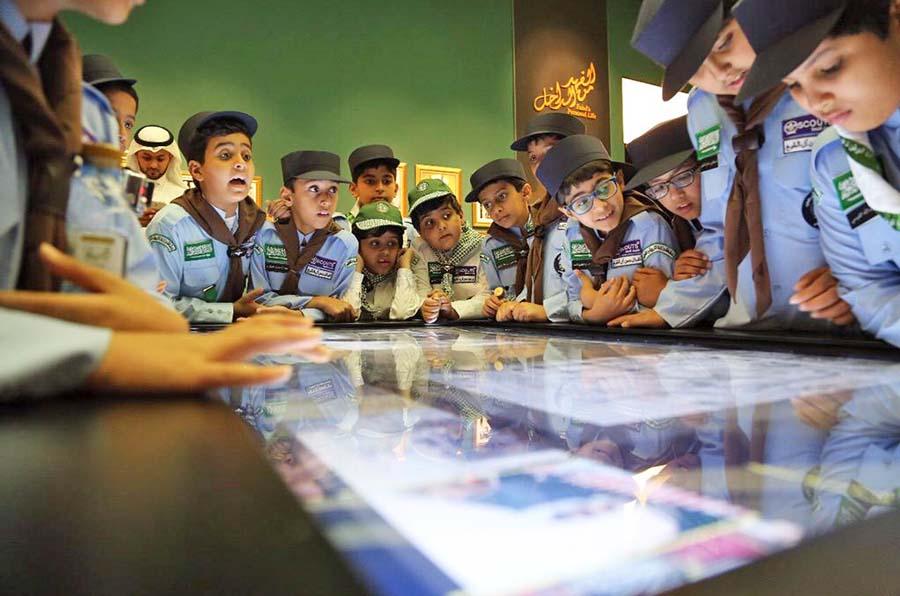 الطلاب يصافحون سيرة ومسيرة الملك فهد داخل المعرض بإنبهار