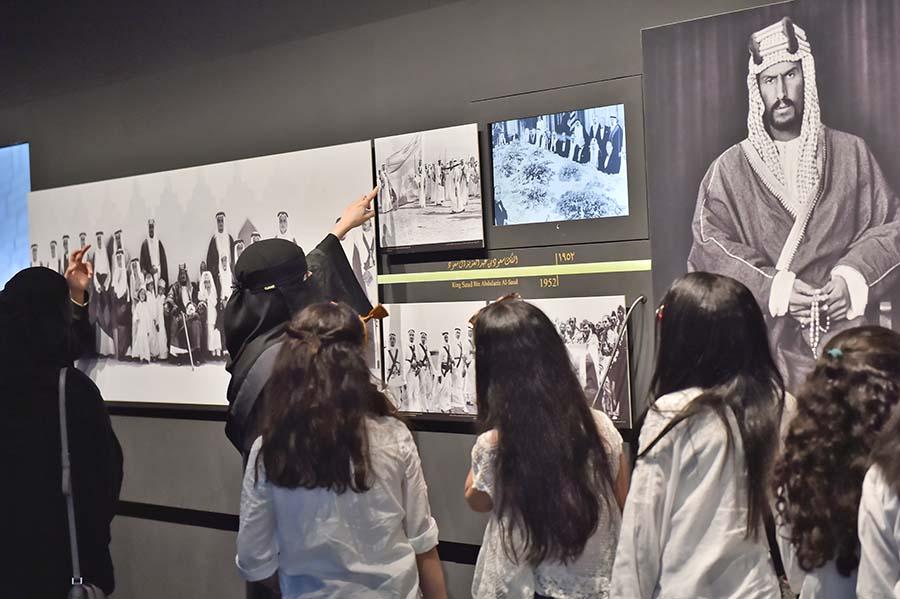 أشهر صورة للملك عبد العزيز المؤسس قبل ملحمة التوحيد تستوقف زوار المعرض
