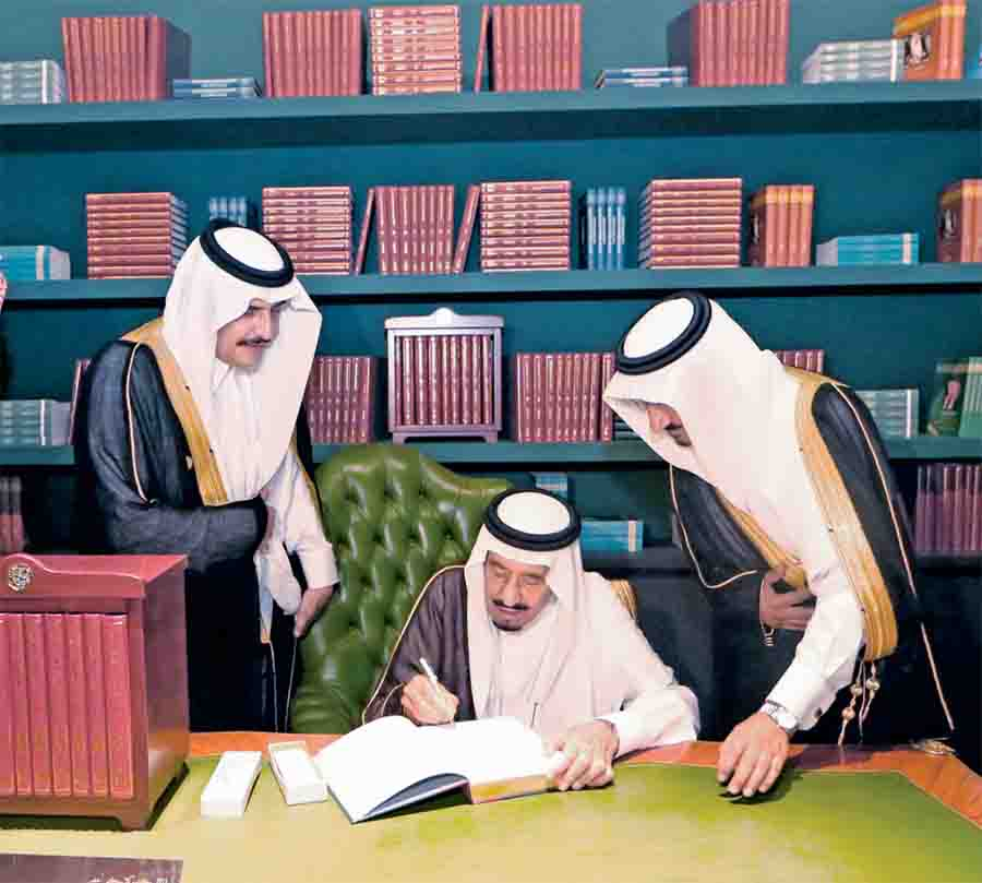 الملك سلمان يوقع موسوعة الملك فهد