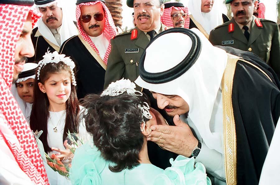 الملك فهد الأب حمل الطفولة بيديه