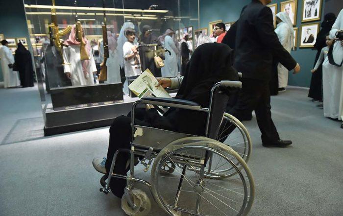 إنسانية من داخل المعرض أم عبد العزيز تزور المعرض على كرسي متحرك لإستعادة الذكريات