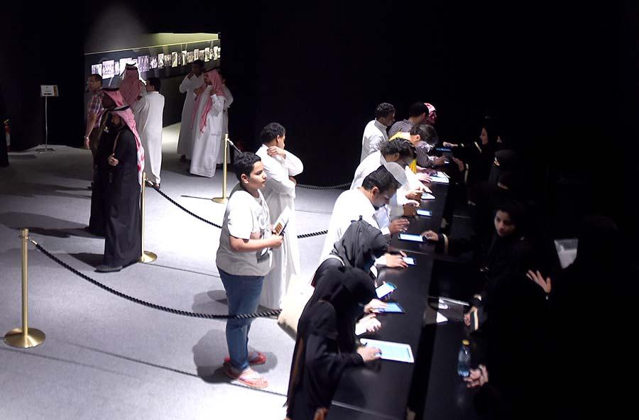 ٢٥٠ قنديل يضيئون معرض الملك فهد تطوعا معرض الفهج