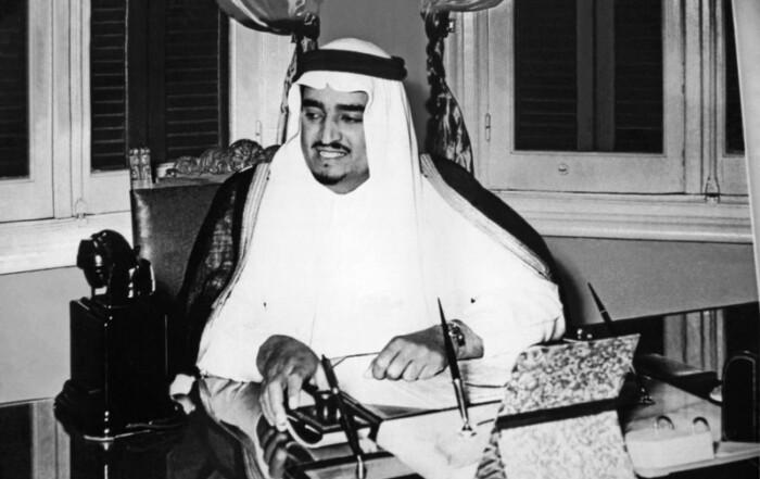 الصفحة الأولى في تاريخ وزارة المعارف السعودية بإمضاء الملك فهد