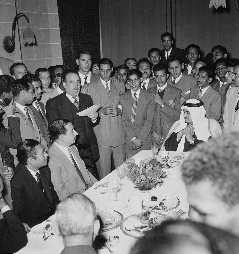الملك فهد مع الطلاب