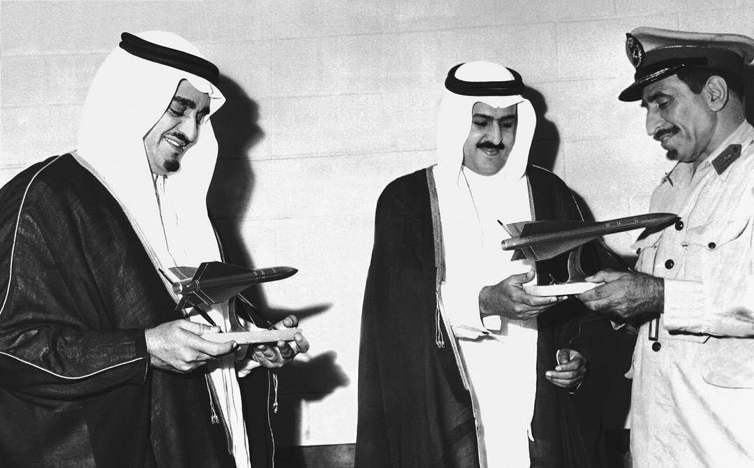 الفهد مع الأمير تركي بن عبد العزيز يطلعون على نموذج طائرة كونكورد