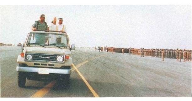 الفهد يستعرض القوات السعودية المشاركة في تحرير الكويت، عام 1411هـ/1991م