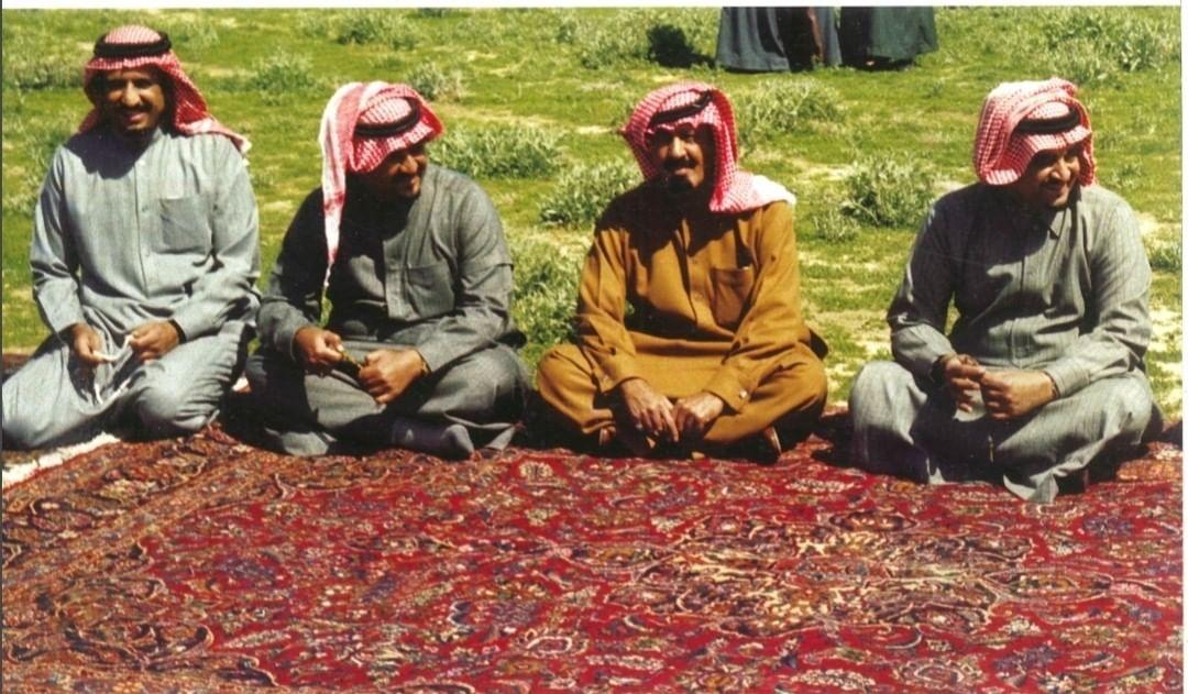 الفهد مع الملك عبدالله بن عبدالعزيز والأمير سلطان بن عبدالعزيز والملك سلمان بن عبدالعزيز في روضة الخفس خارج مدينة الرياض، عام 1396هـ/1976م