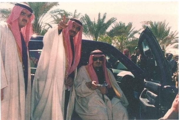 الفهد والملك سلمان والأمير عبدالعزيز بن فهد أثناء افتتاح مركز الملك عبدالعزيز التاريخي بالمربع في الرياض عام 1419هـ 1999م