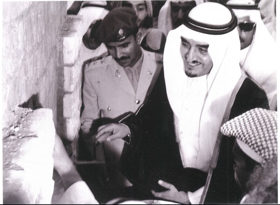 الفهد حينما كان وزيراً للداخلية... يضع حجر الأساس لمصنع كسوة الكعبة المشرفة 1392 هـ – 1972 م