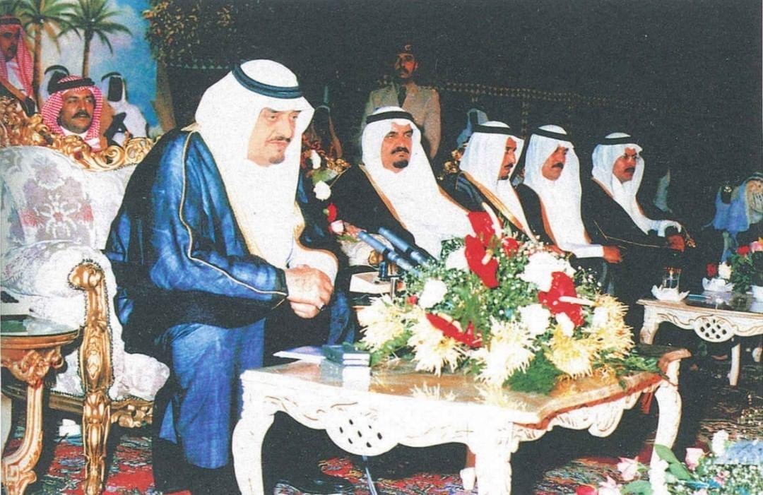 الفهد لحظة إعلانه استبدال مسمى جلالة الملك بلقب خادم الحرمين الشريفين عام 1407هـ/1986م في المدينة المنورة