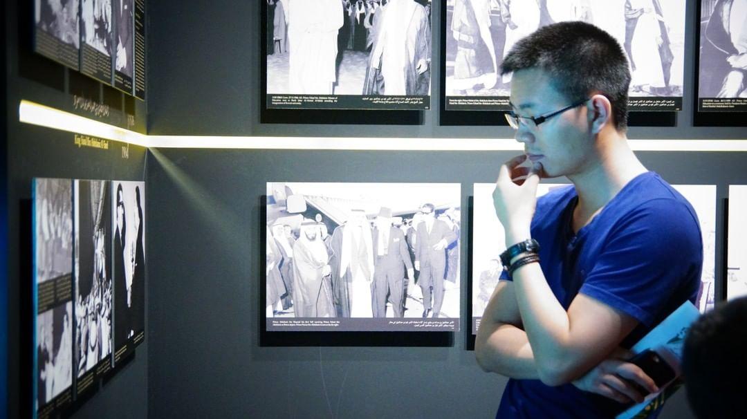 المواقف الإنسانية واللطيفة التي اختزلتها صور الفهد تستوقف المارّة في المعرض