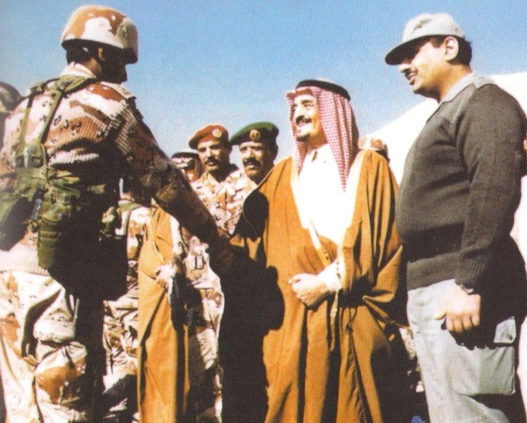 الوطن سيبقى يفخر بمن يقاتلون ذوداً عن الحمى في خطوطه الأمامية.الفهد محييًا أحد المقاتلين في حرب الكويت.