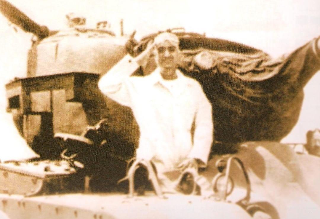 على متن إحدى الدبابات الحربية، الفهد في لقطة عفوية.