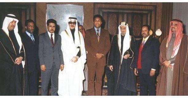 الملك فيصل والفهد والأمير نواف بن عبدالعزيز والأمير فيصل بن فهد و محمد-علي أثناء زيارته للسعودية.