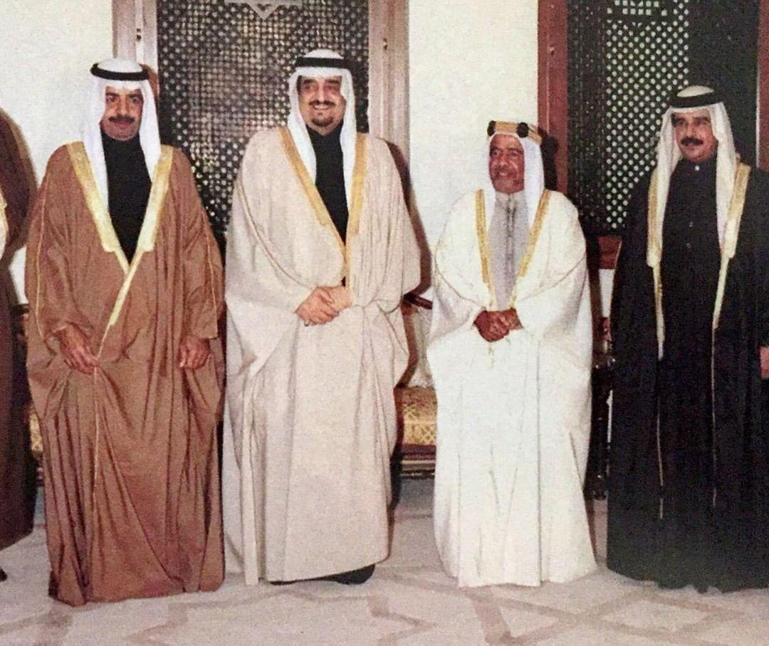 الفهد متوسطًا الشيخ حمد بن عيسى آل خليفة والشيخ عيسى بن سلمان آل خليفة والشيخ خليفة بن سلمان آل خليفة خلال تواجده في قصر الشيخ حمد بالقضيبية بالبحرين عام 1989م.
