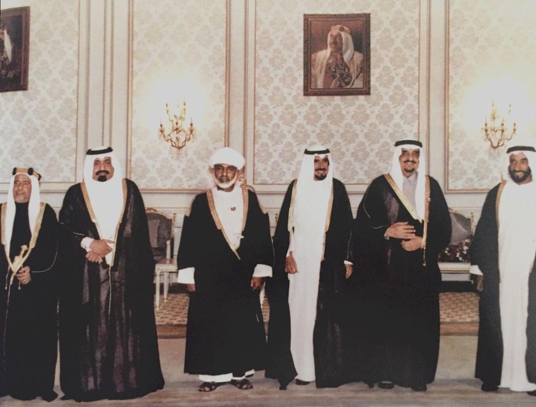 الفهد وبجواره قادة مجلس التعاون الخليجي خلال انعقاد الدورة التاسعة للمجلس الأعلى لمجلس التعاون الخليجي في العاصمة البحرينية المنامة عام 1988م.