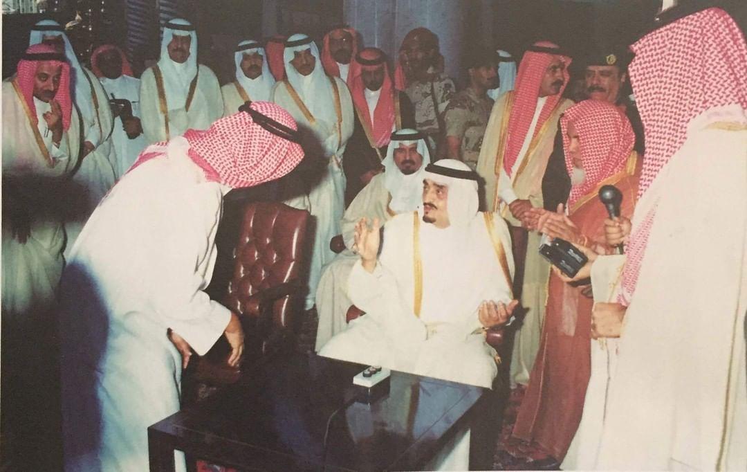 الفهد أثناء اطلاعه على تفاصيل مشروع توسعة الحرم النبوي الشريف عام1411هـ