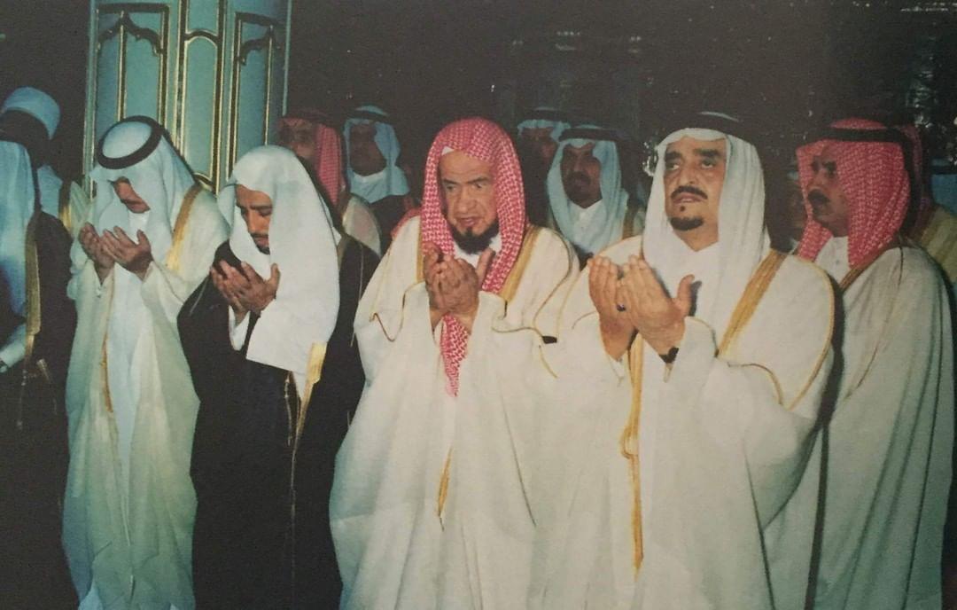 الفهد رحمه الله مؤدياً الصلاة في المسجدالنبوي عام 1411ه وبدا بجانبه الشيخ عبدالعزيز بن صالح إمام وخطيب المسجد النبوي