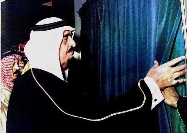 الفهد يزيح الستار عن اللوحة التذكارية بمناسبة افتتاح مجلس الشورى في الرياض عام1414هـ