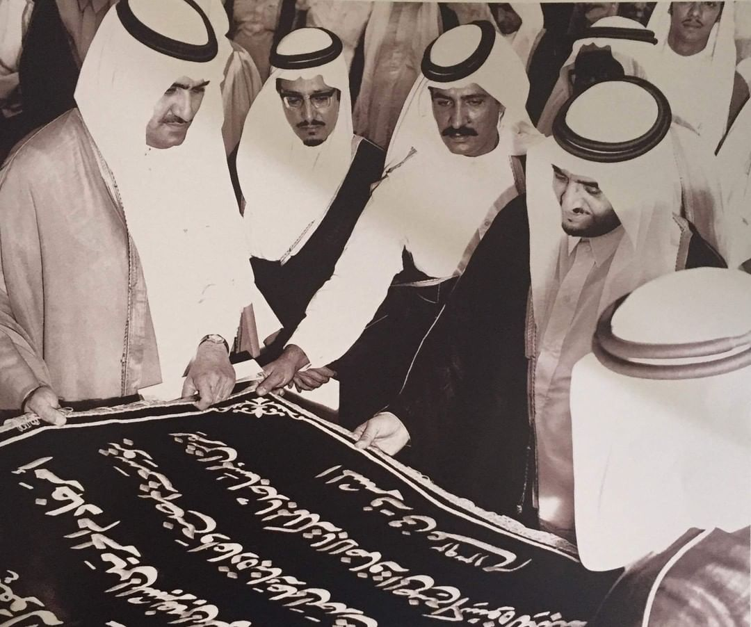 الفهد رحمه الله يحظى بهدية من مصنع كسوة الكعبة المشرفة بمكة المكرمة، وبدى بجانبه الأمير عبدالمحسن بن عبدالعزيز.