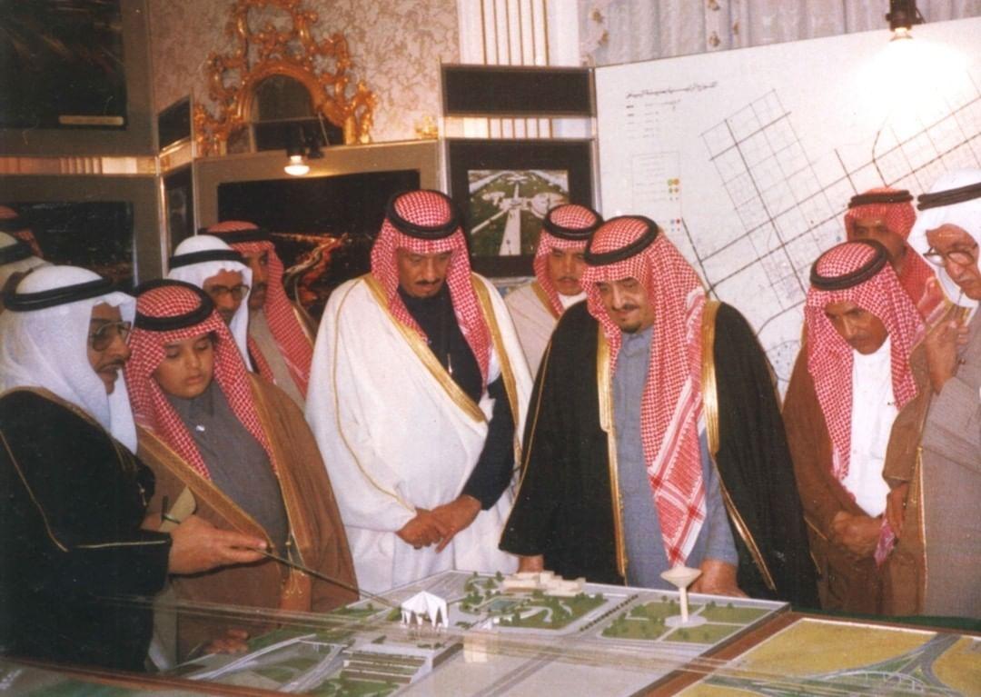 الفهد يستعرض عددًا من المشاريع التنموية في مدينة الرياض وبجانبة الملك سلمان (أمير منطقة الرياض أنذاك) وبجانبه الأمير عبدالعزيز بن فهد وذلك في عام 1406 هـ
