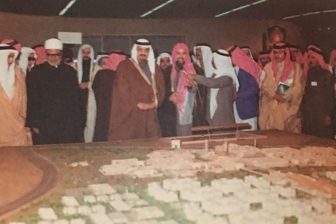 الفهد يطلع على مشروع مدينة جامعة الإمام محمد بن سعود الإسلامية عندما وضع حجر الأساس في الرياض عام 1402هـ /1982م