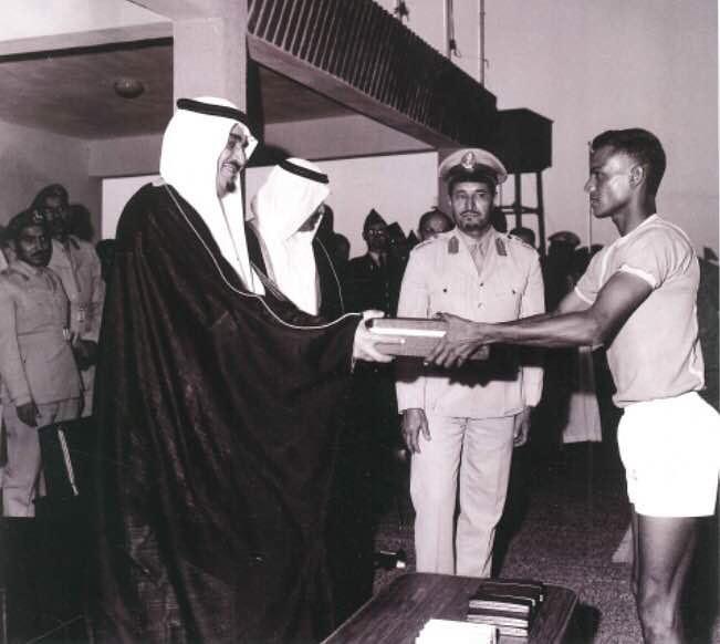 صورة التقطت لدى حضور الفهد لأحد الدورات الرياضية العسكرية إلى جانبه أخيه الأمير تركي بن عبدالعزيز