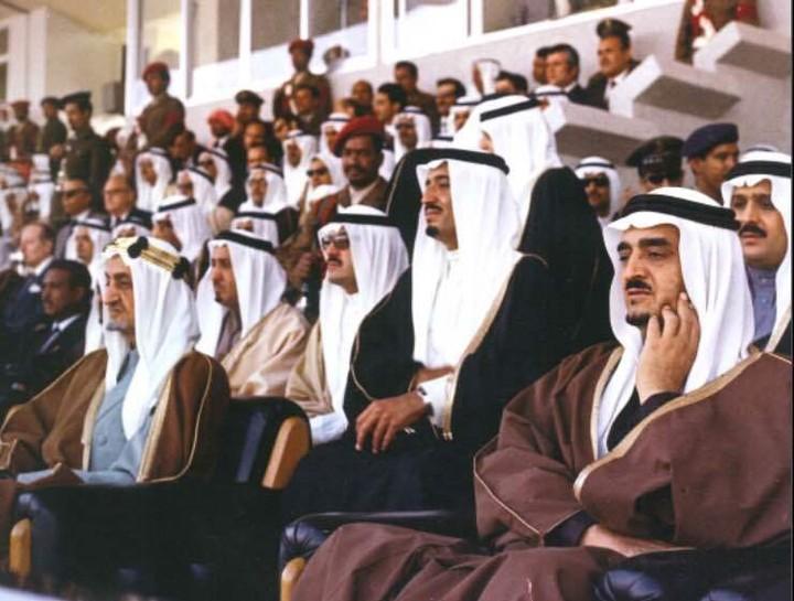 حضور الفهد وإلى جانبه الملك فيصل والملك سلمان في حفل افتتاح بطولة دورة الخليج الثانية لكرة القدم