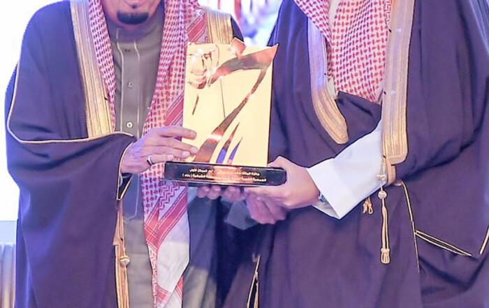 خادم الحرمين يسلم جمعية بناء لرعاية الأيتام جائزة الملك خالد