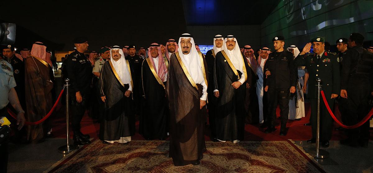 الملك سلمان يفتتح معرض الفهد روح القيادة