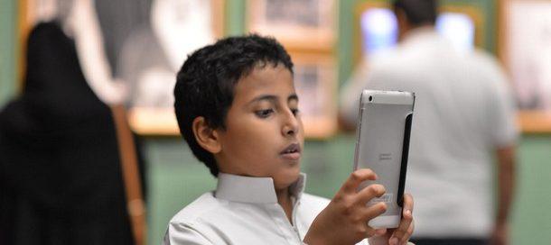 """براءة الأطفال تداعب المقتنيات في معرض """" الفهد .. روح القيادة"""""""